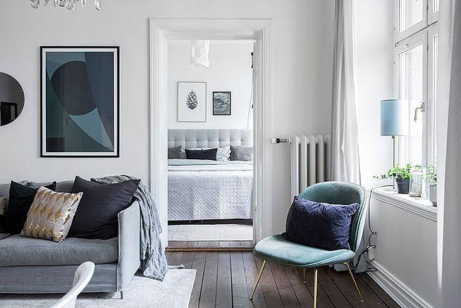 Белый интерьер с элементами лофта и французской классики