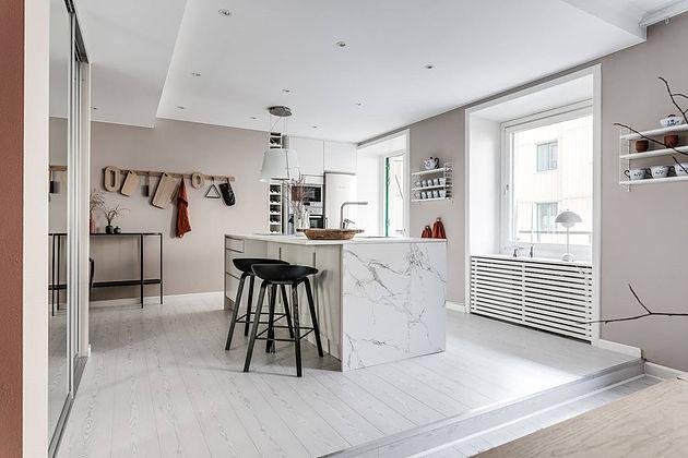 Интерьер квартиры в стиле минимализм с розовыми стенами