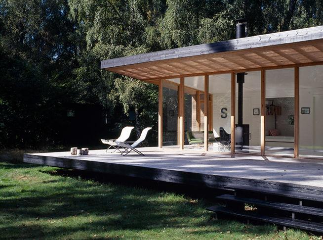 Миниатюрный загородный домик со стеклянным фасадом