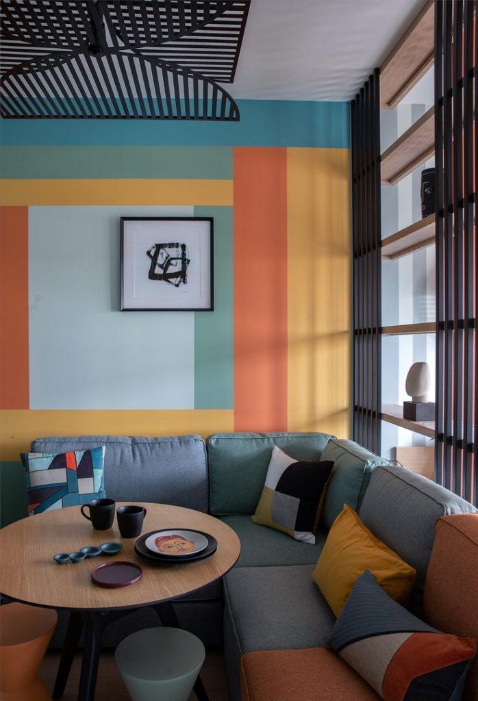 Мемфис в тренде: яркий интерьер квартиры площадью 34 м²
