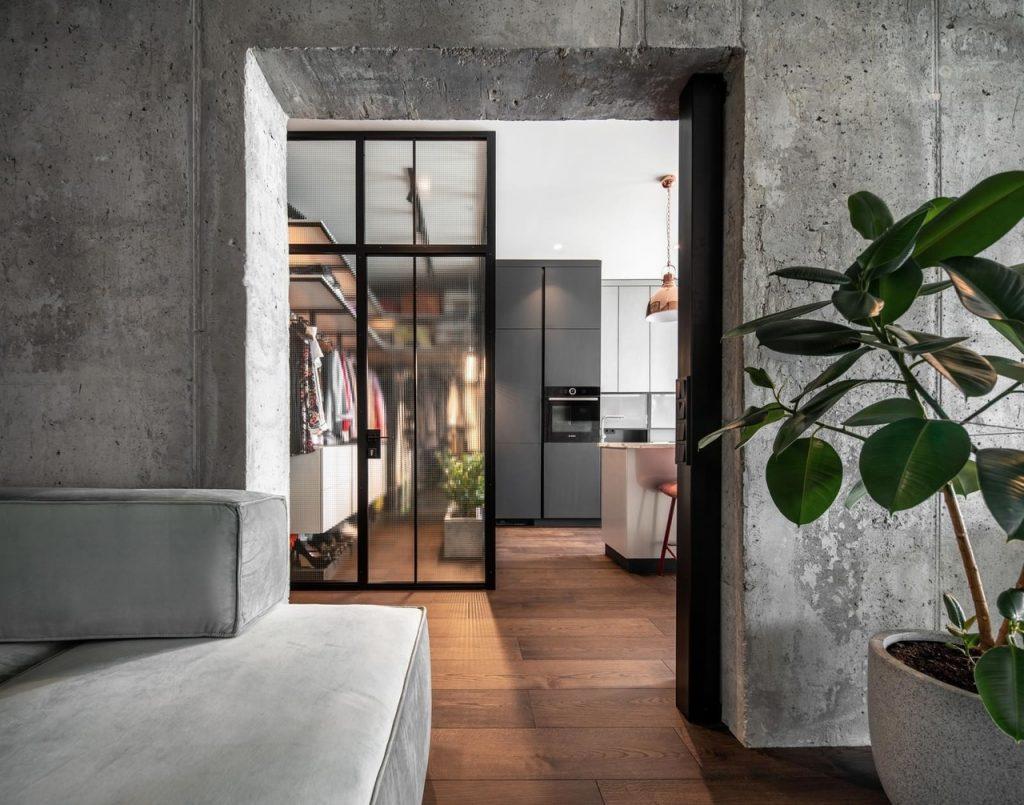 Необычное сочетание: функциональный интерьер квартиры с бетонными стенами и мраморными столешницами