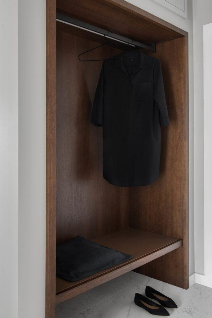 Монохромный минимализм: стильный интерьер квартиры площадью 91 м²
