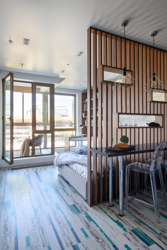 Интерьер квартиры-студии площадью 30 м² с декоративной перегородкой из реек