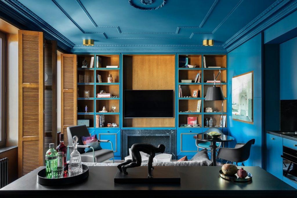 Цвет настроения: синие стены и потолок в квартире площадью 55 м²
