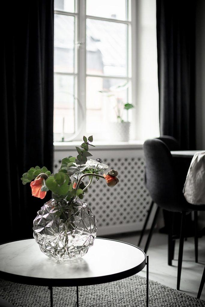 Скандинавский интерьер квартиры-студии площадью 28 м² с мини-кухней в прихожей
