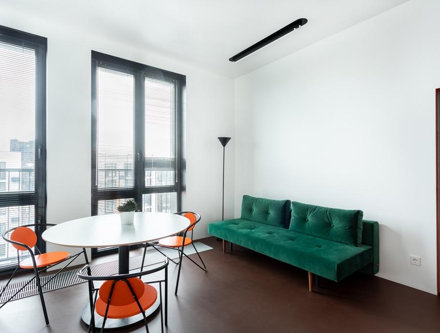 Авангард в интерьере: квартира площадью 45 м² в смелом стиле и цвете