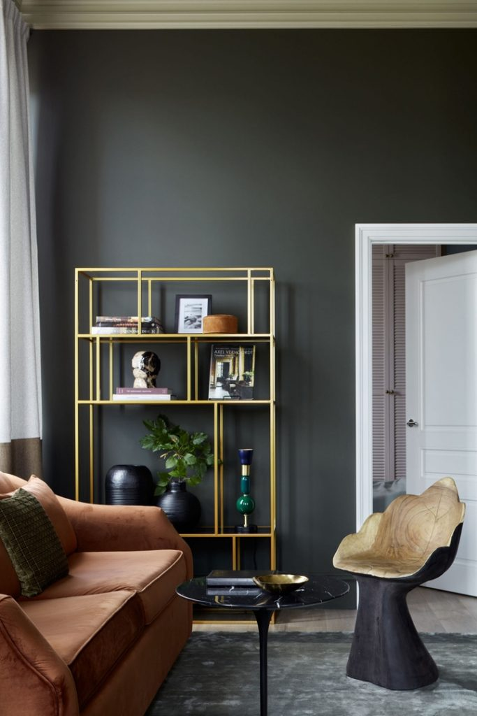Глубокие цвета: интерьер квартиры площадью 40 м² в темной палитре