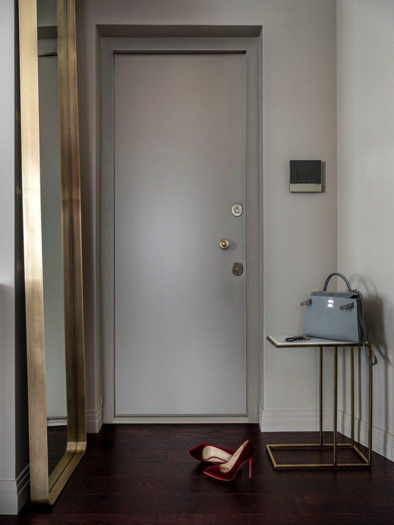 Акцент палитры: современный интерьер в нейтральных тонах с оттенком бордо в качестве акцента