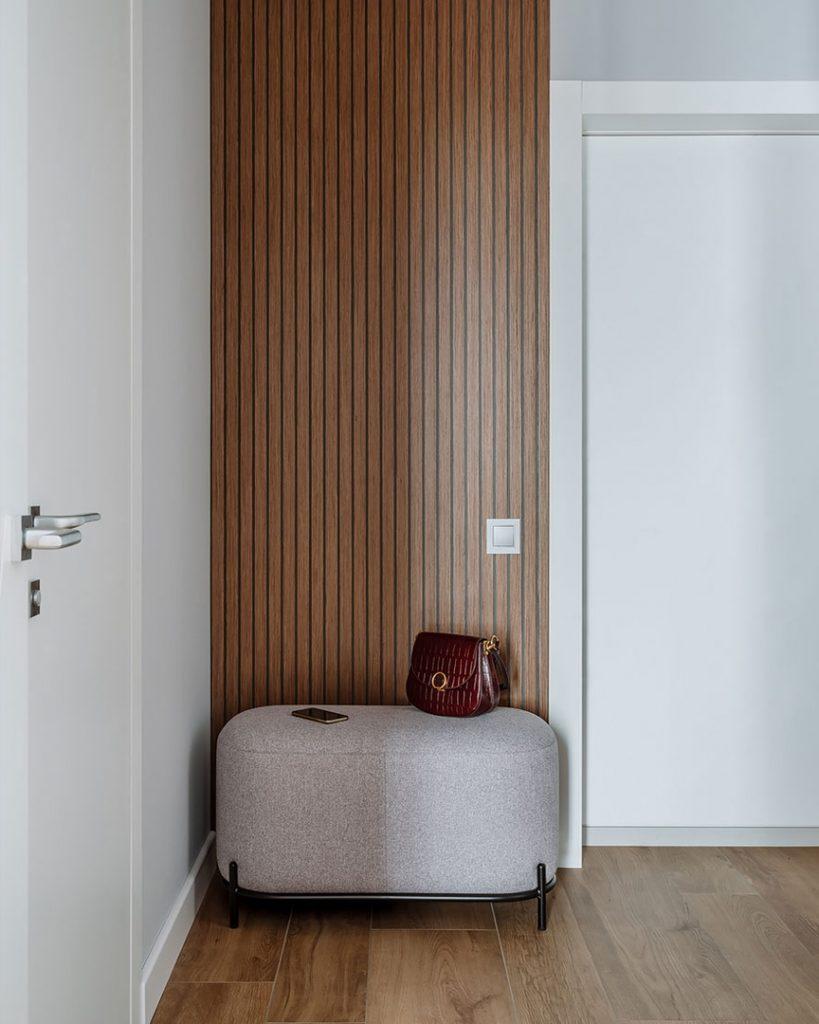 Игра цвета: красный диван в спокойном интерьере квартиры с одной спальней площадью 53 м²