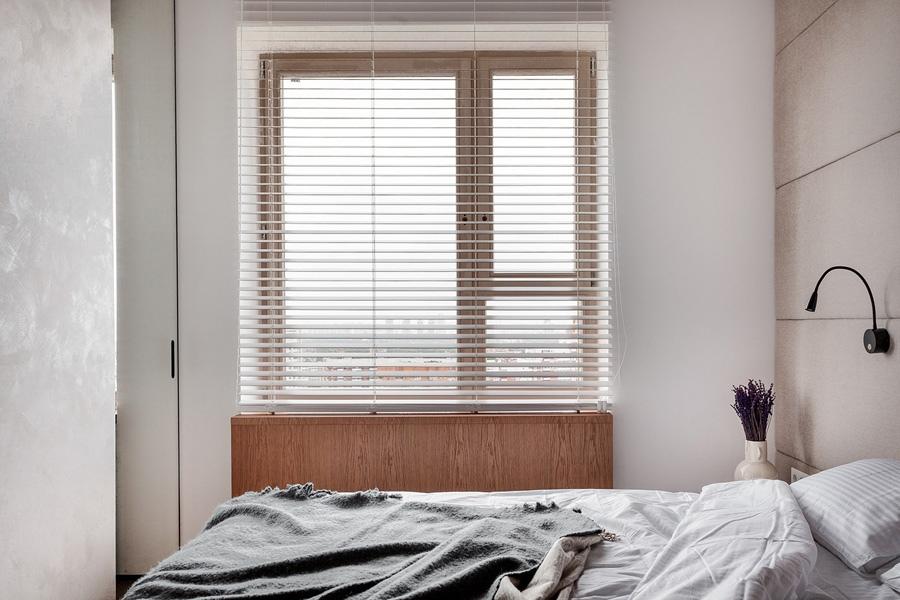 Благородный янтарь: минималистичный интерьер квартиры площадью 44 м² с неожиданным акцентом