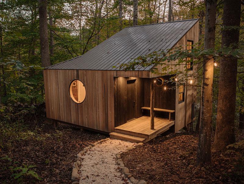 Необычный маленький домик для выходных в лесу