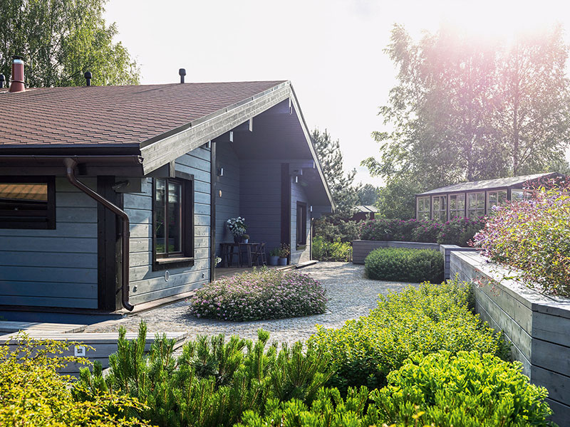 Великолепный загородный дом в пригороде Петербурга с цветочными мотивами в интерьере