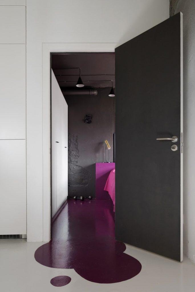 Бетон и растекшаяся краска: очень брутальный лофт площадью 54 м²