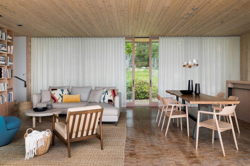 Минималистичный интерьер одноэтажного загородного дома с видом на залив
