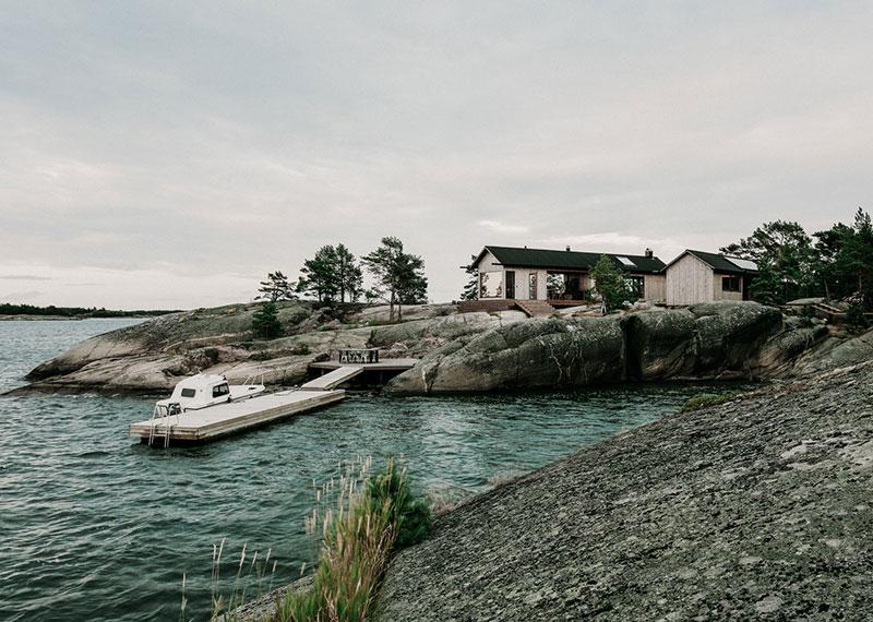 Современная дача с сауной на скалистом острове в Финляндии