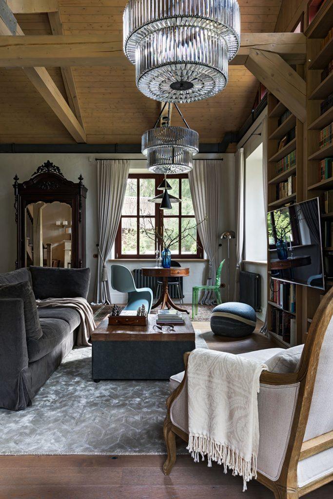 Красивый интерьер загородного дома с элементами шале