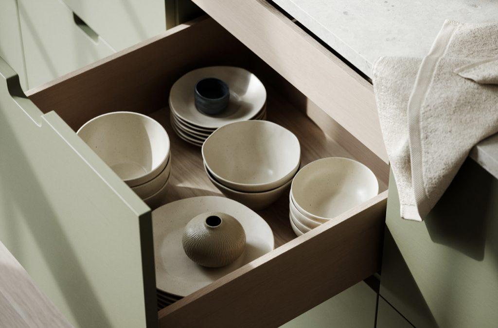 Вдохновение стилем: минималистичный скандинавский интерьер кухни в шалфейных тонах