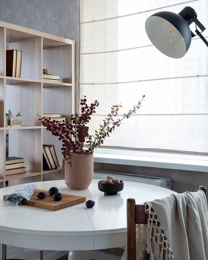 Зонирование стеллажом: красивый интерьер студии с необычной планировкой