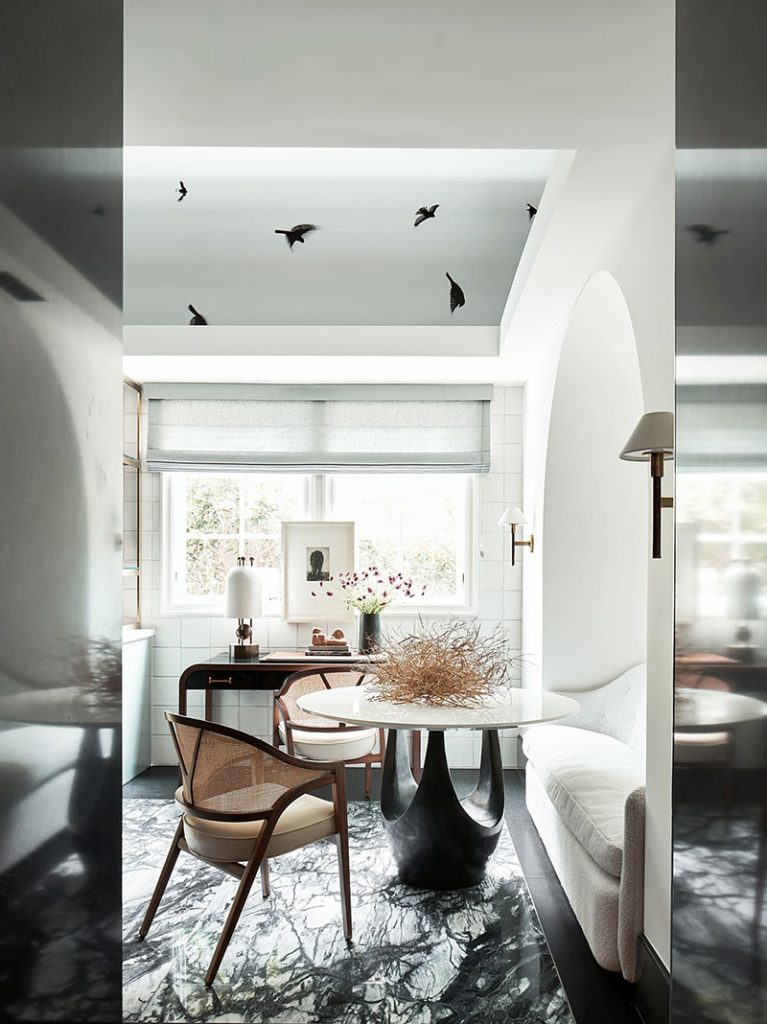 Пример для вдохновения: стильная кухня с птицами на потолке дизайнера Chad Dorsey