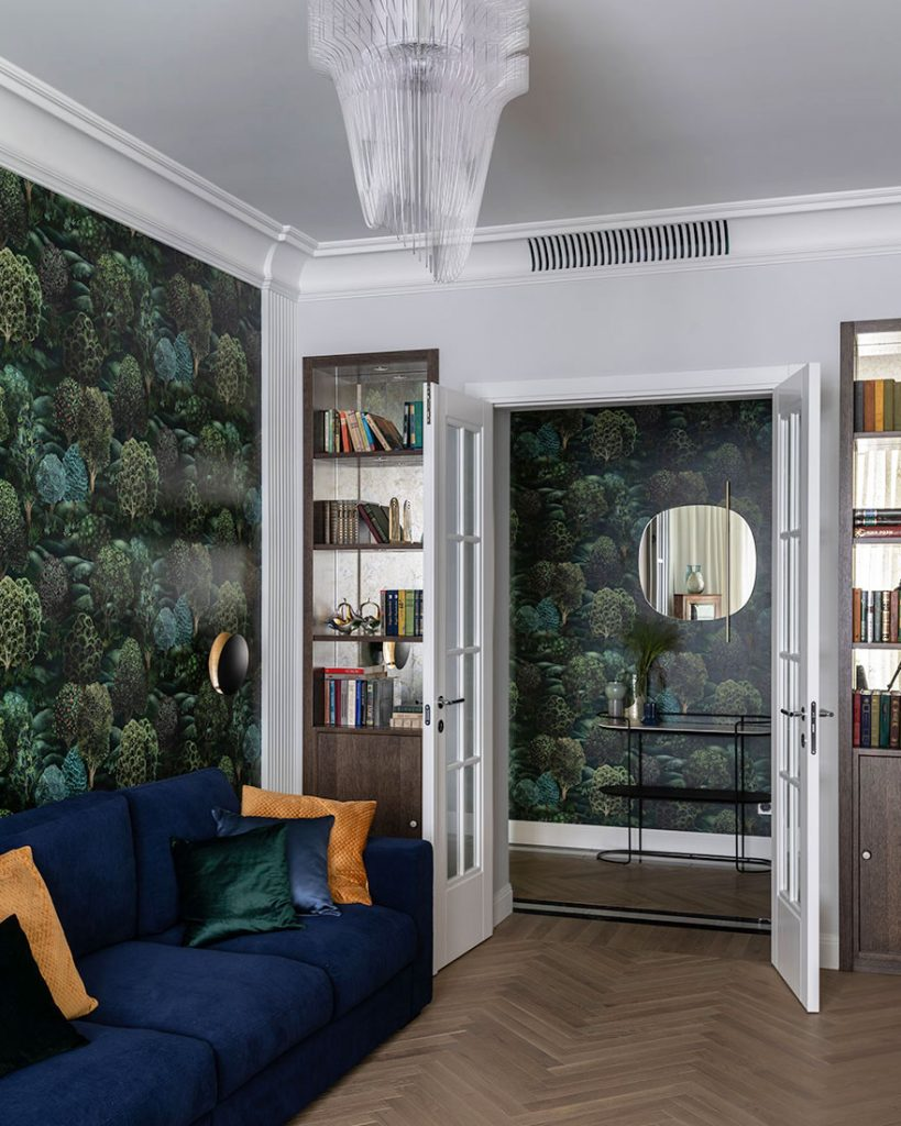 Неоклассика и обои с растительным принтом: стильный интерьер квартиры площадью 100 м²