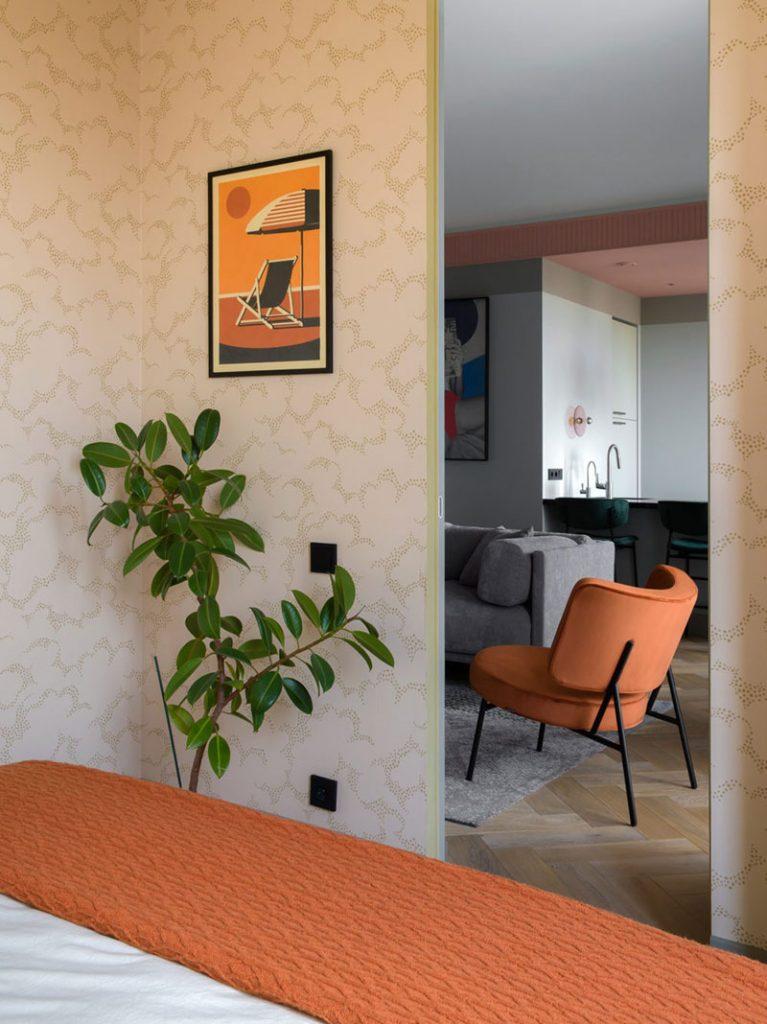 Современный интерьер евро-двухкомнатной квартиры площадью 55 м² в необычной палитре